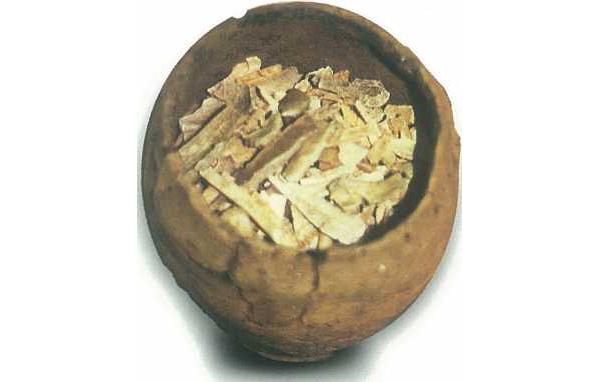 Urn met gecalineerde beenderresten van een lijkverbranding