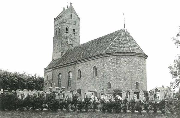 Romaanse kerk met een op het Oosten gericht kerkhof in Doezem