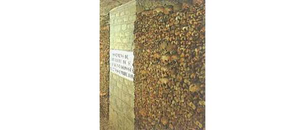 Ruim zeven millioen skeletten liggen per parochie geordend in de mergelgangen onder de stad Parijs