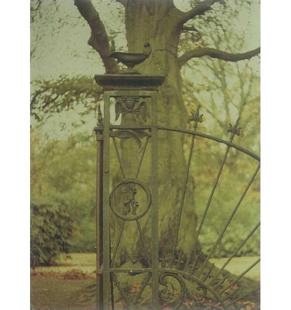 Antieke lamp op het toegangshek van de Algemene Begraafplaats te Delden
