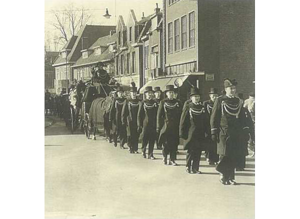 Eerste klas lijkstaatsie met tien dragers en twee aansprekers, Enschede, ca 1950