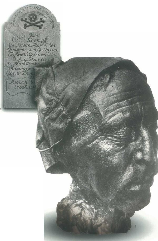 Op de achtergrond een grafsteen met vanitassymbool, Giethoorn
