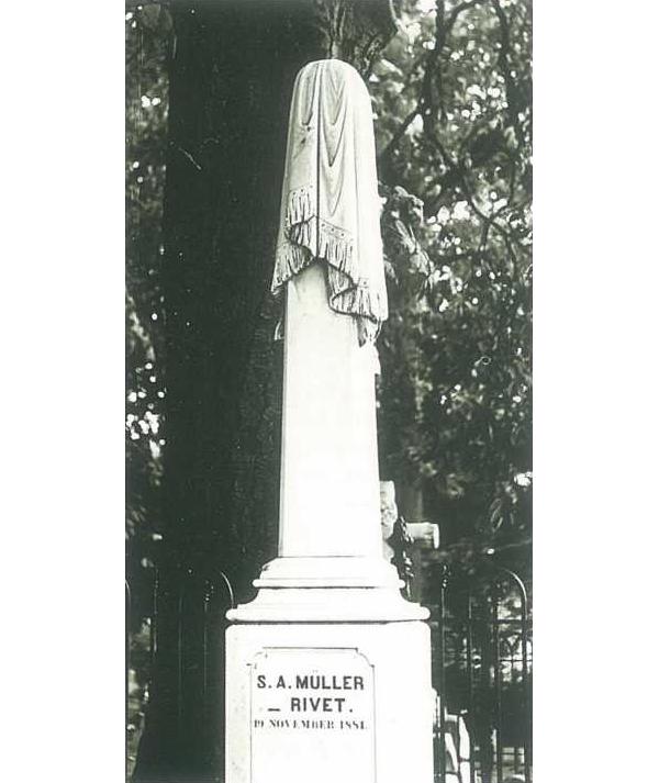Zuil van wit Carara marmer, bedekt met een rouwkleed, gesluierde dame genaamd